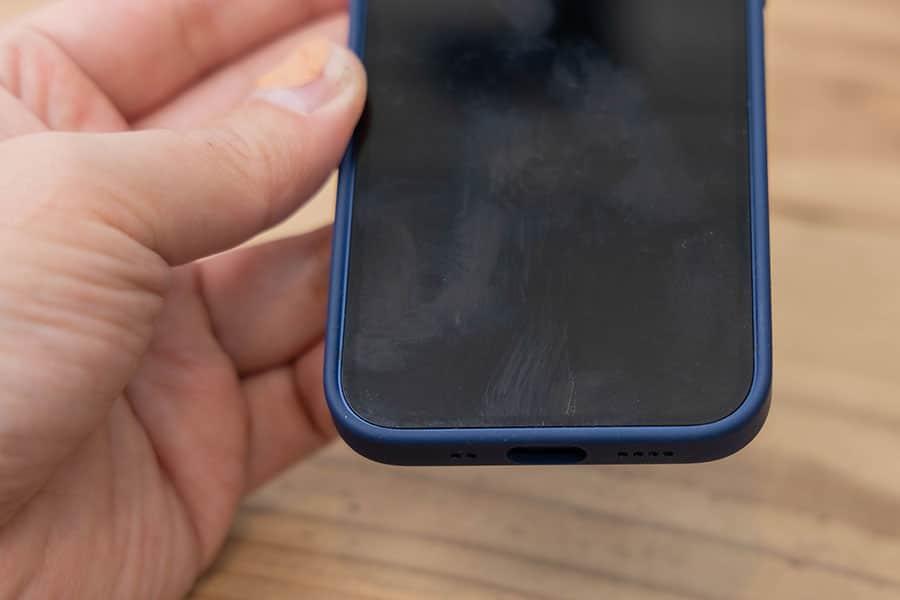 スマートフォンの画面に保護バンの跡が付く