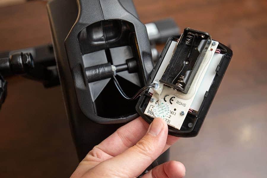 表示メーターを取り外して電池を入れる