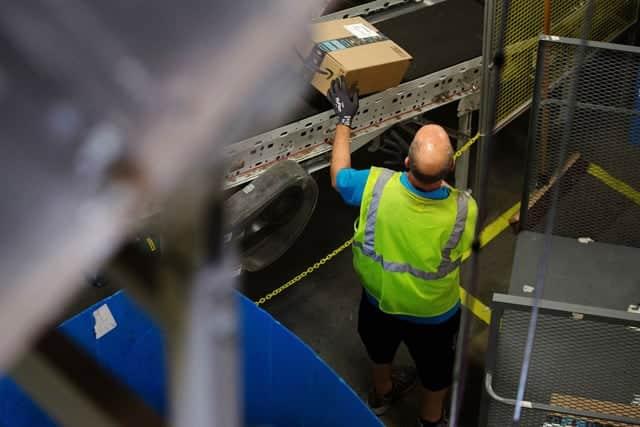 アマゾンの倉庫従業員、賃上げでもボーナスと株式報酬失う