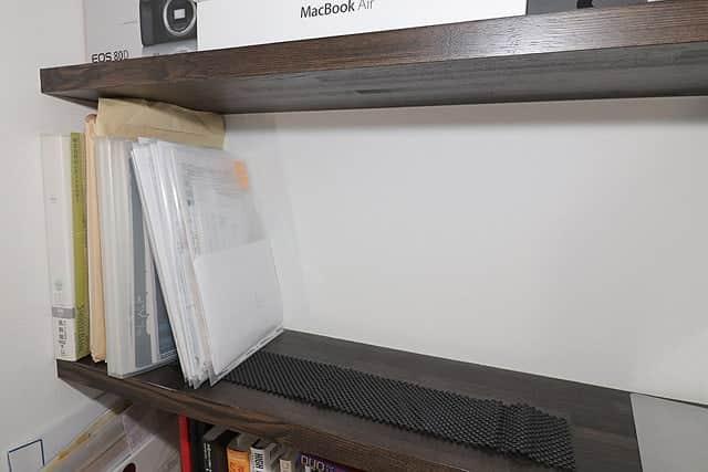 資料を置いてる棚にも滑り止めマット