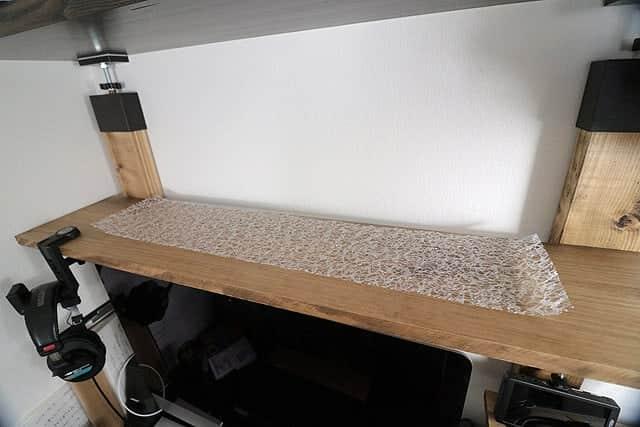 明るめの棚板に設置