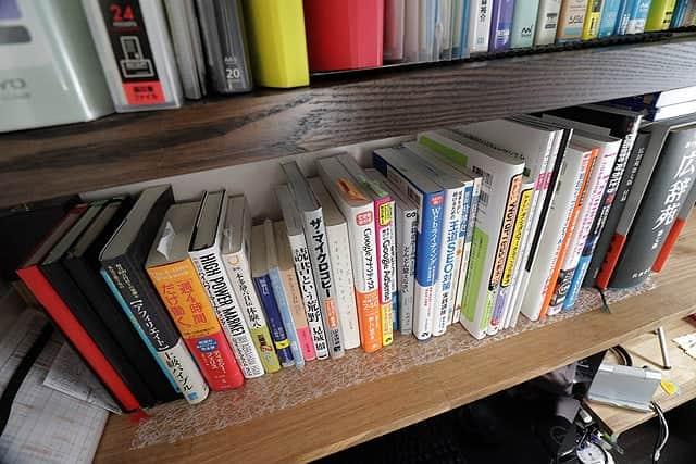 透明の滑り止めシートを敷いた本棚