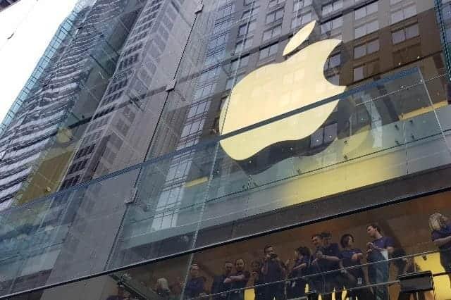Apple シャトルバスの窓割られる