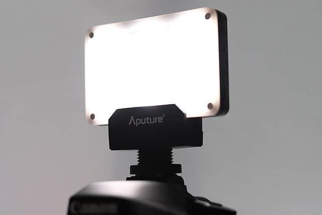 軽量コンパクトな撮影用照明『Aputure AL-M9』レビュー 動画でも写真でも使えて予想以上に明るい!