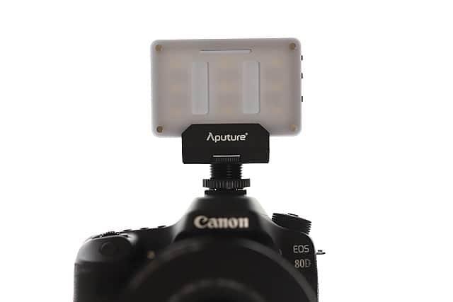 デジタル一眼レフのアクセサリシューにつけた写真