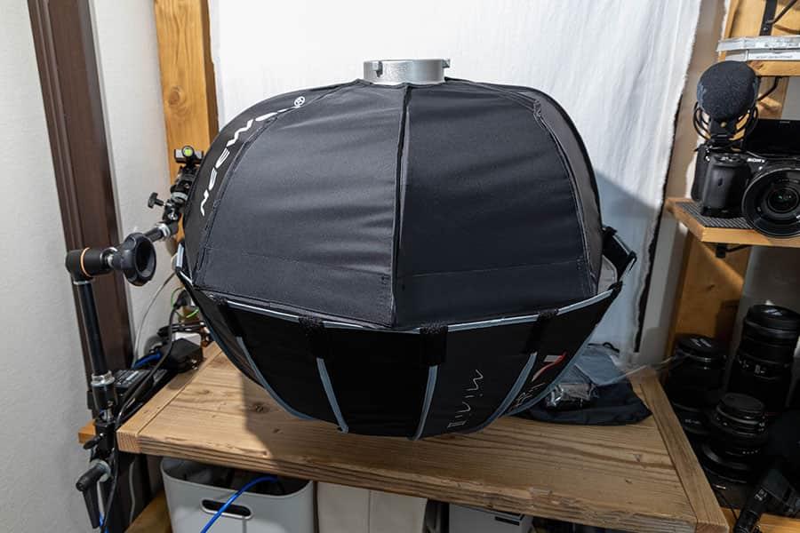 上がNeewer 60cmのソフトボックスで、下がAputure Light Dome mini 2