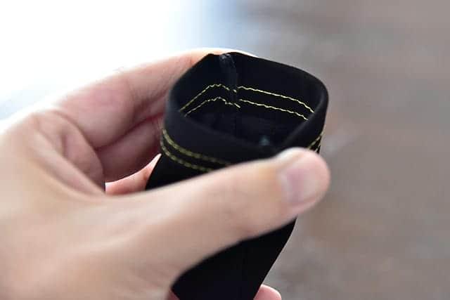布製の黒いケース。口はヒモじゃなくパカパカ開くタイプ。開けるにはちょっとコツが必要。