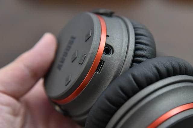充電端子とヘッドフォン端子