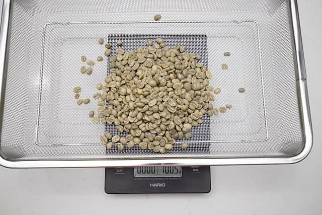 生豆を計量する