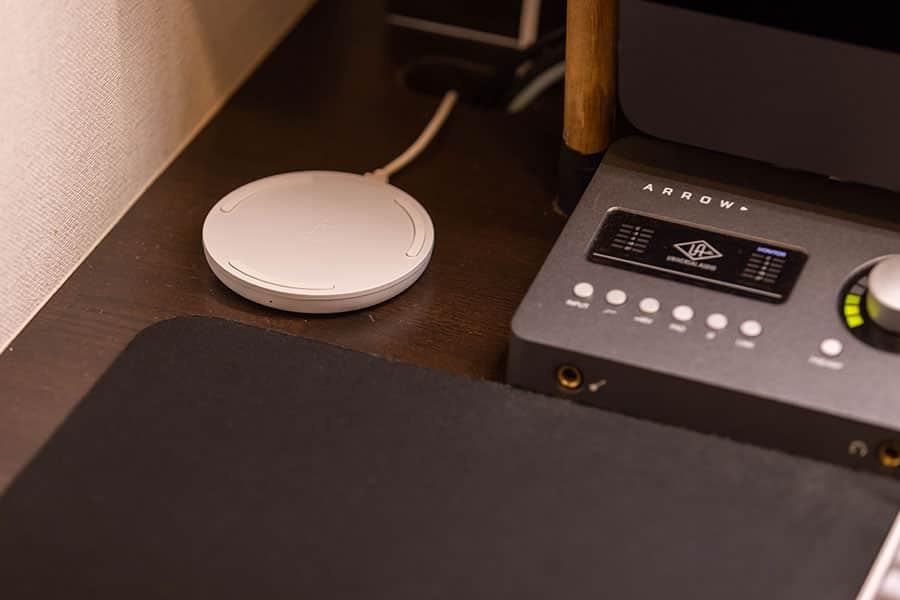 ワイヤレス充電パッドをiMac Proの左側に設置