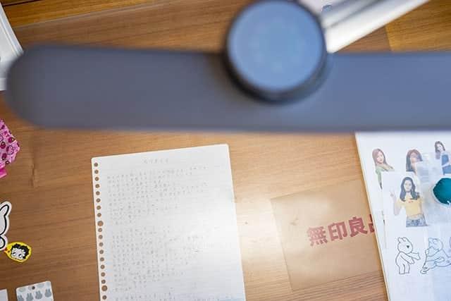 BenQのライトで机の上を照らした写真