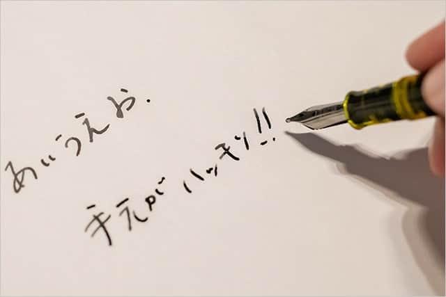 文字を書くときも手元がハッキリ!
