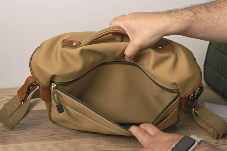 背面のポケットには薄い書類が収納可能