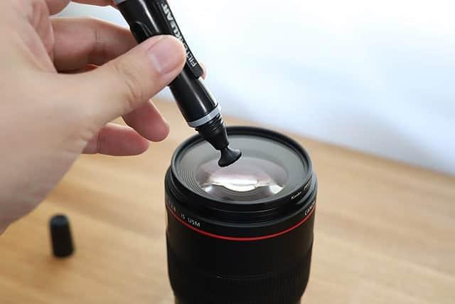 クリーニングチップで円を描くように汚れを拭き取ります
