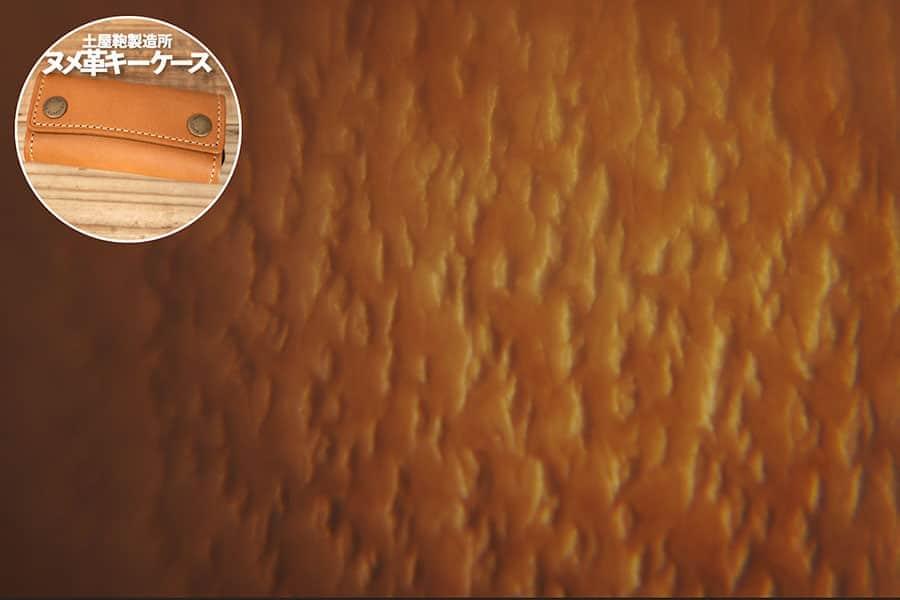 土屋鞄製造所 ヌメ革キーケースの表面 ルーペで撮影