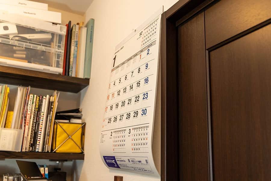 壁に掛けた直後の丸まったカレンダー 横から見た写真