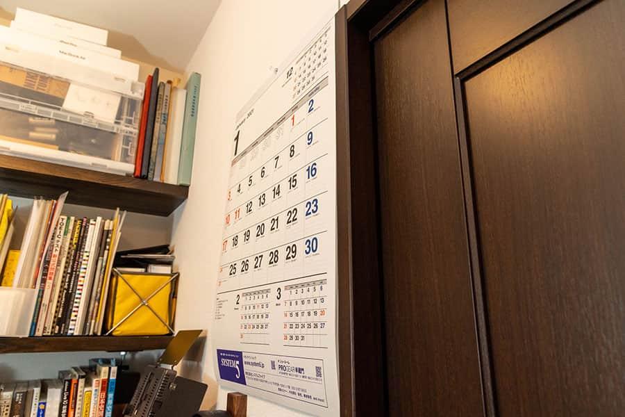 1週間放置した壁掛けカレンダー 横から見た写真