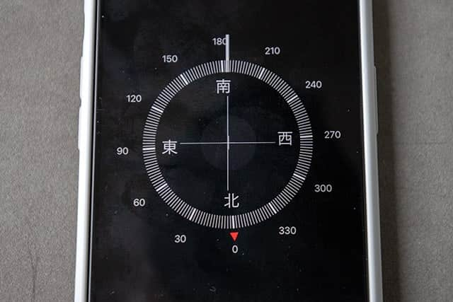 iPhoneの水平器で測ったら若干左に傾いてました