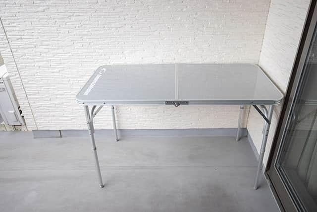水平になったベランダのテーブル