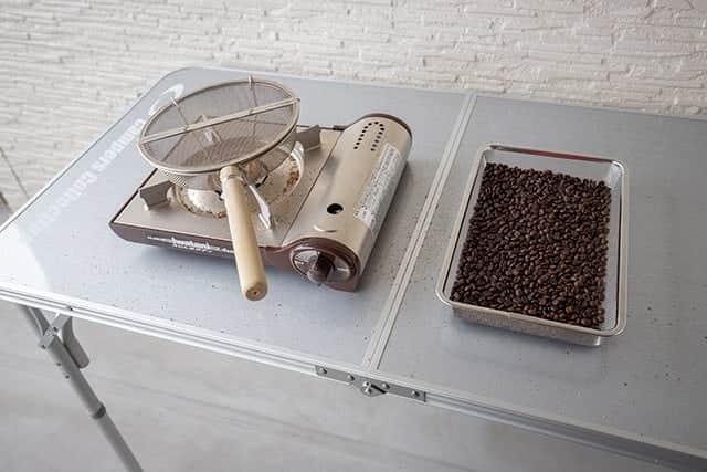 ベランダのテーブルでコーヒーを自家焙煎
