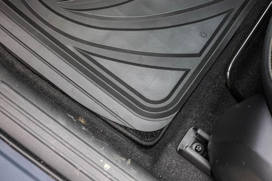 助手席の手前 ゴム製カーマットの幅はちょうど良い
