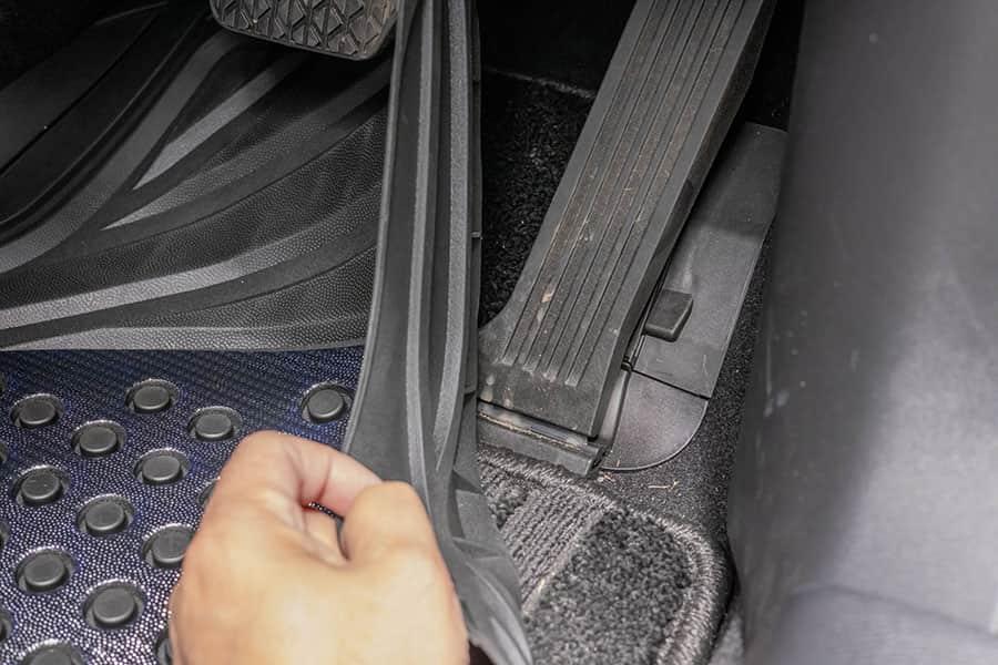 運転席のアクセルペダル CX-5はオルガン式