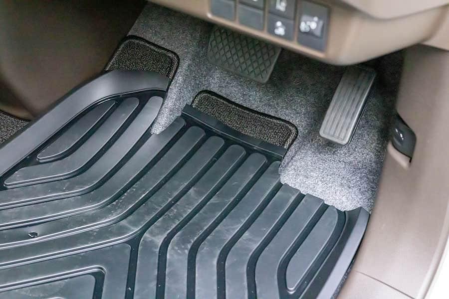 ゴム製カーマットを敷いた運転席