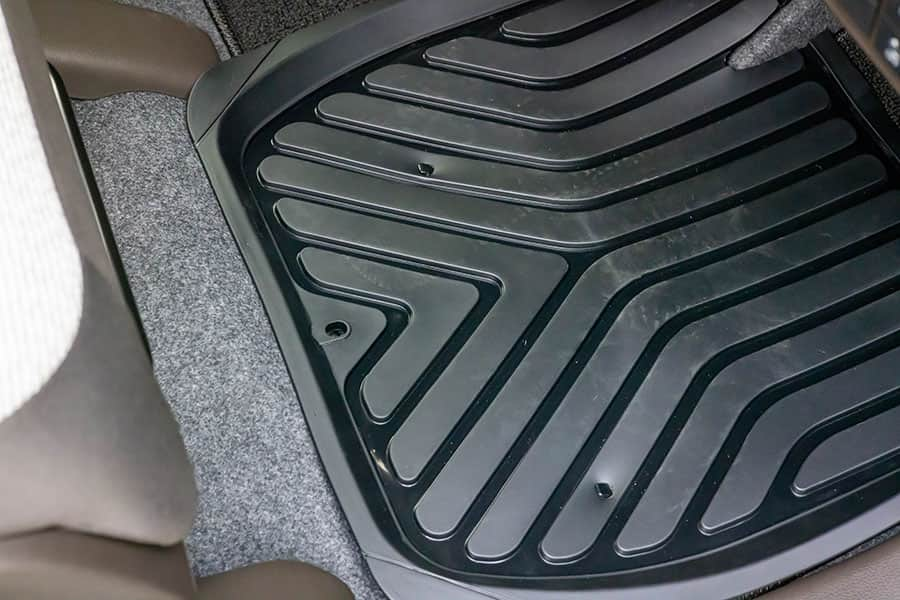 穴に床面の固定金具を通して固定完了
