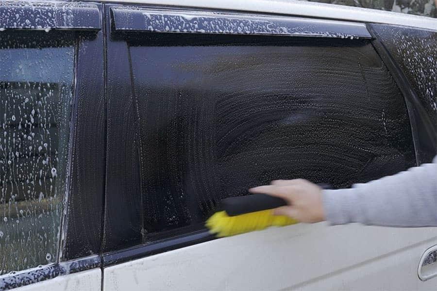 まずは窓部分からブラシで洗う