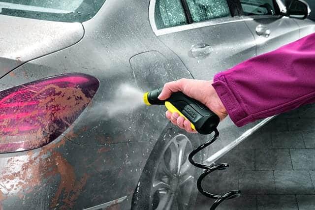 車についた泥汚れを流す
