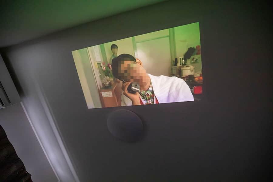 天井にプロジェクターで映画を投影