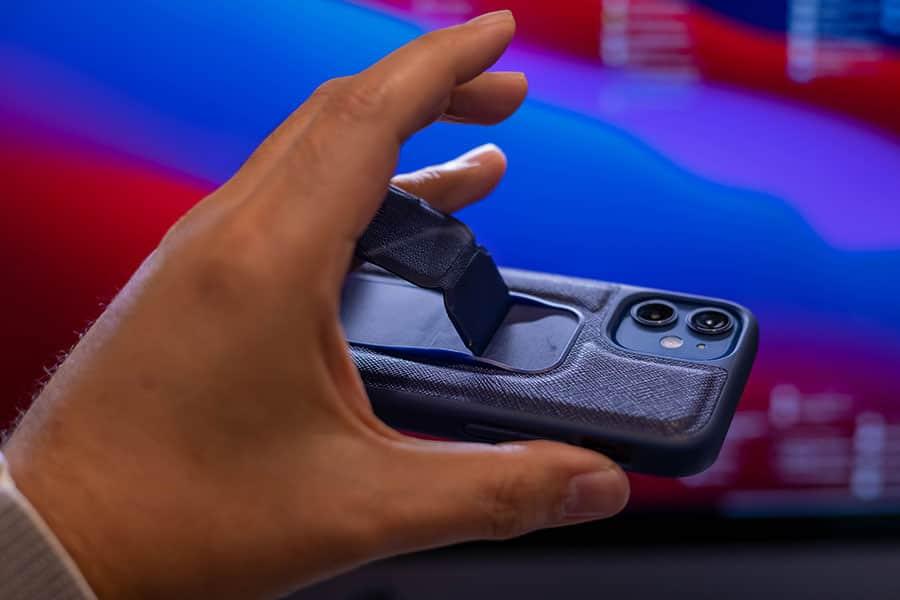 iPhoneの重みとちょっとした振動ですぐに固定してる部分が外れます