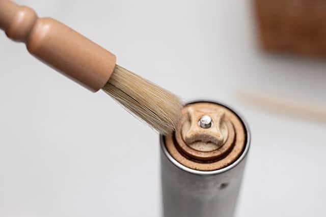 コーヒーミルをキレイに掃除できるミルブラシ 適度な硬さの毛で微粉をキレイに取り除ける