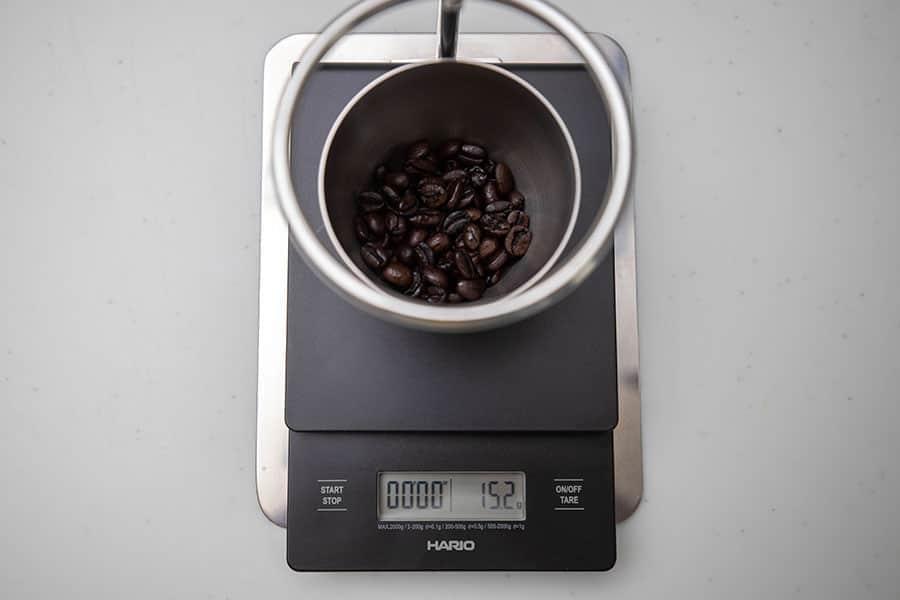 まず豆を測る