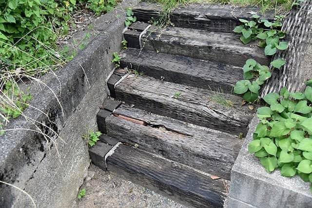 庭の枕木を使った階段