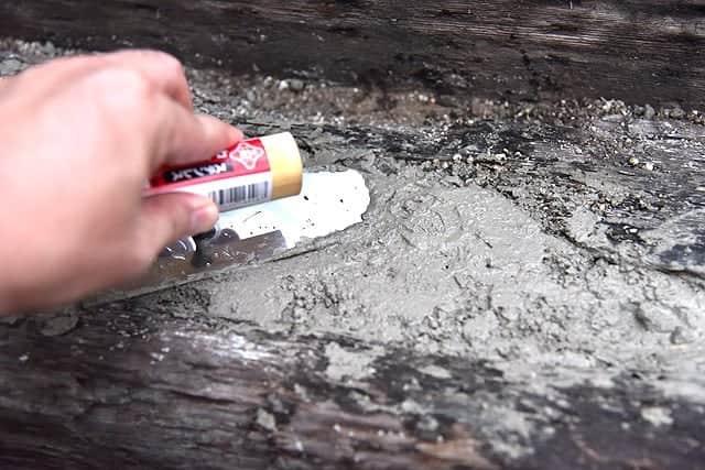 全部埋めたらコテで表面をならして整形します
