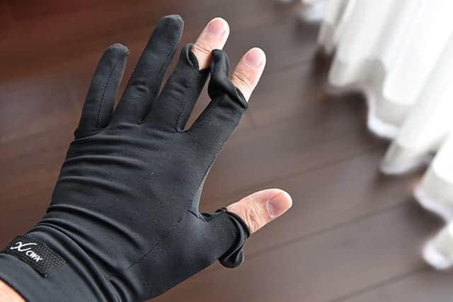 冬のジョギングに不可欠な手袋『CW-X ストレッチグローブ』。速乾&指出しタイプだからスマホも操作可能