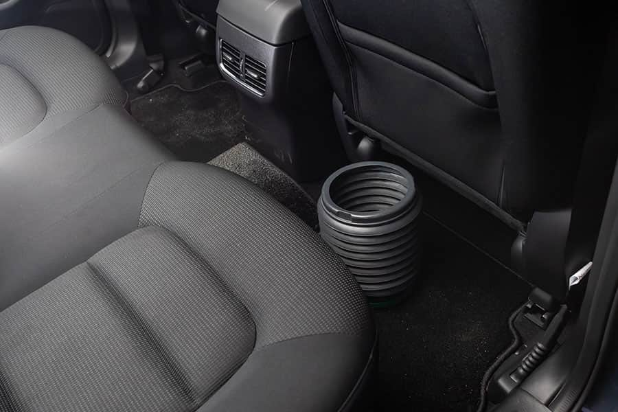 後部座席の足元に置いたゴミ箱