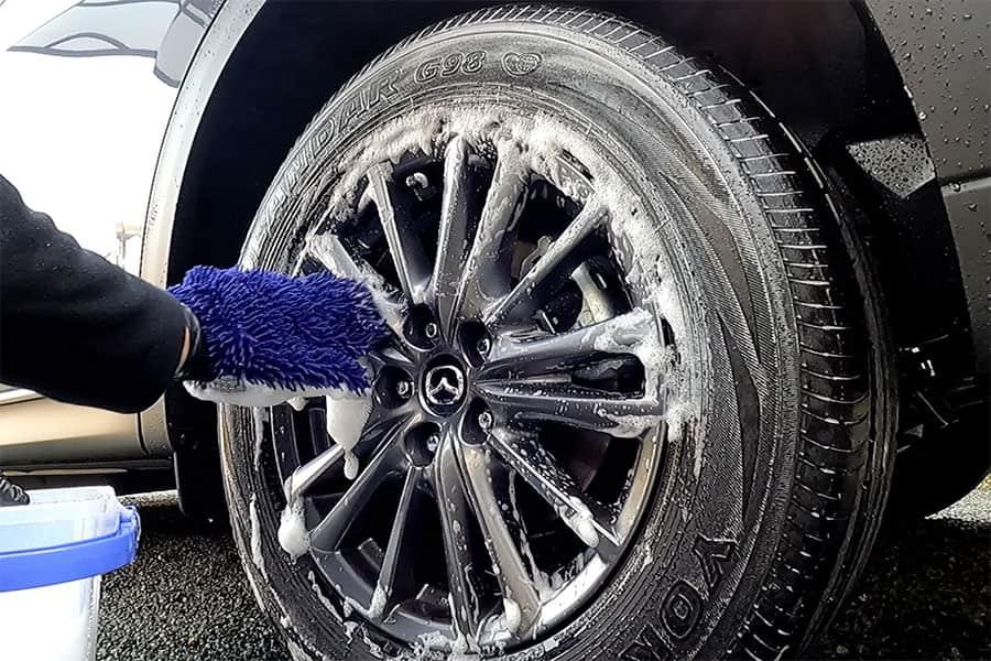 タイヤを手洗いしてる写真