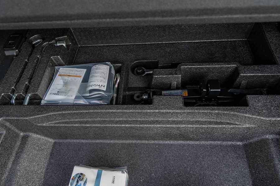 トランクの奥にはパンク修理キットとジャッキが積まれてます