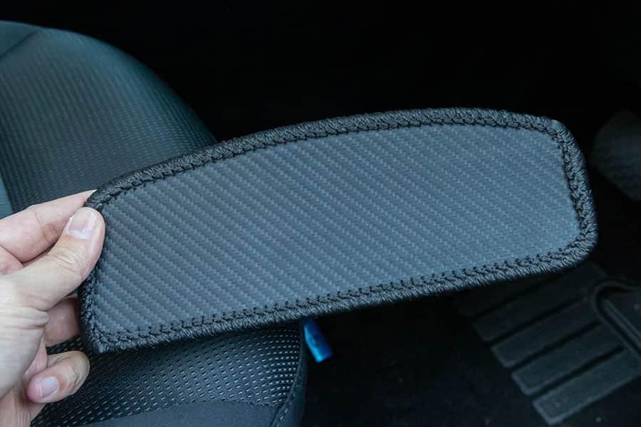 カーボン調ラバー製フットレストカバーマットの表面