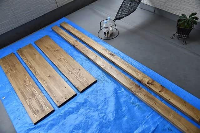 棚板3枚とツーバイフォー2本を塗装完了