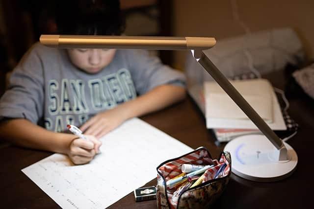 勉強してる子どもの目をしっかり守っってくれるデスクライト