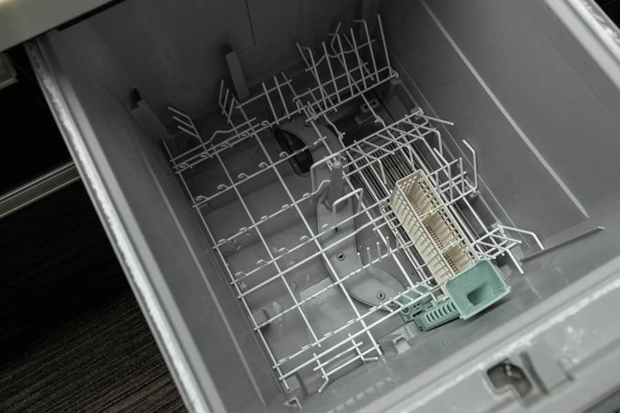 食洗機に新品の下カゴを設置