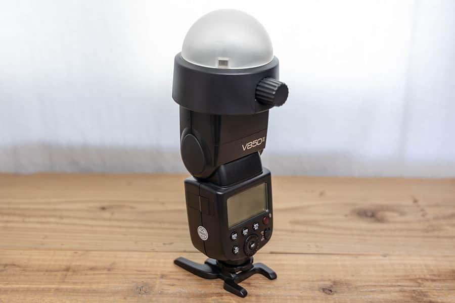 ドームディフューザーを装着したGODOXのストロボ