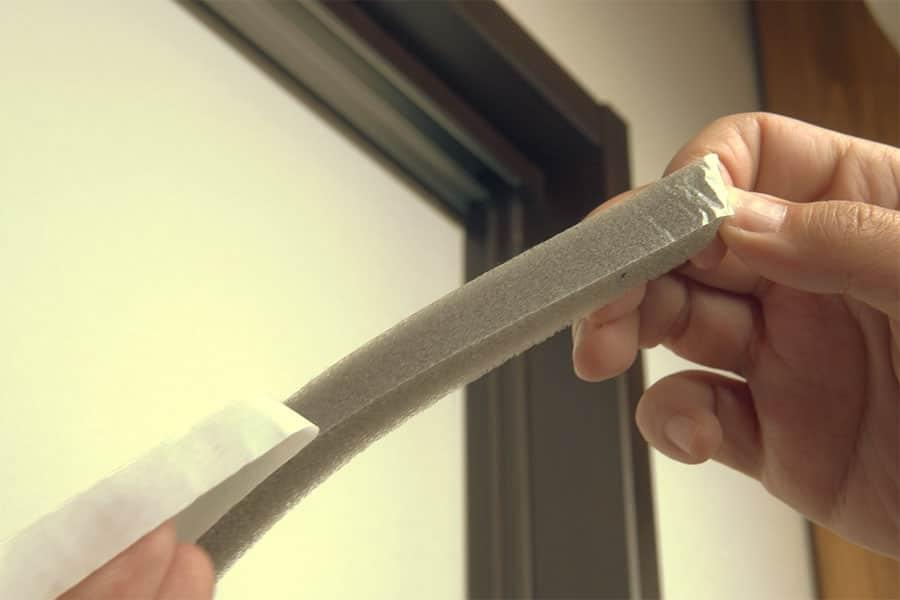 テープがついてるので剥がして貼り付けるだけ