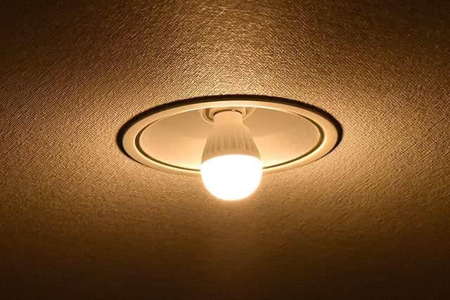 光の方向を下向きに!ミニクリプトン球をLED電球に変えて真下が照らされなくなった時は可変式ソケットが便利