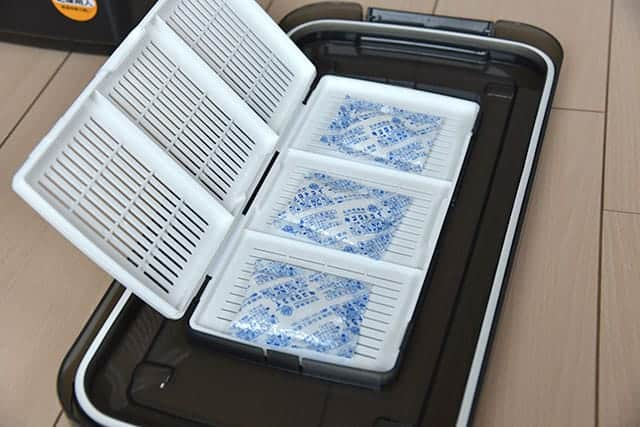 ドライボックス NEO フタ裏の白いケースに乾燥剤を入れる
