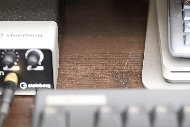 iMacの下に溜まったホコリ