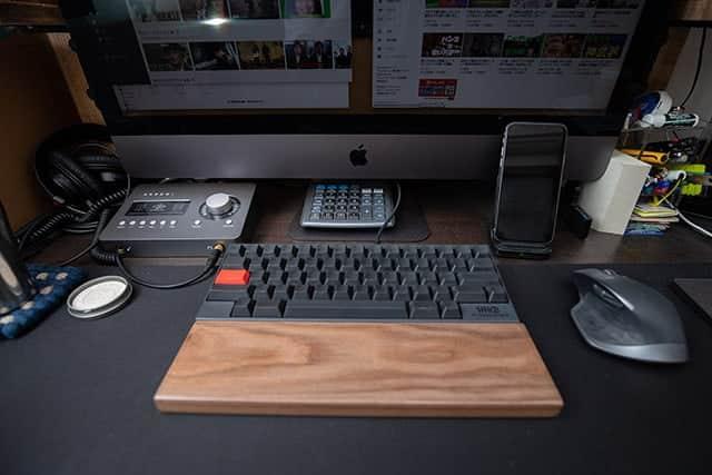 ホコリが溜まった机の上